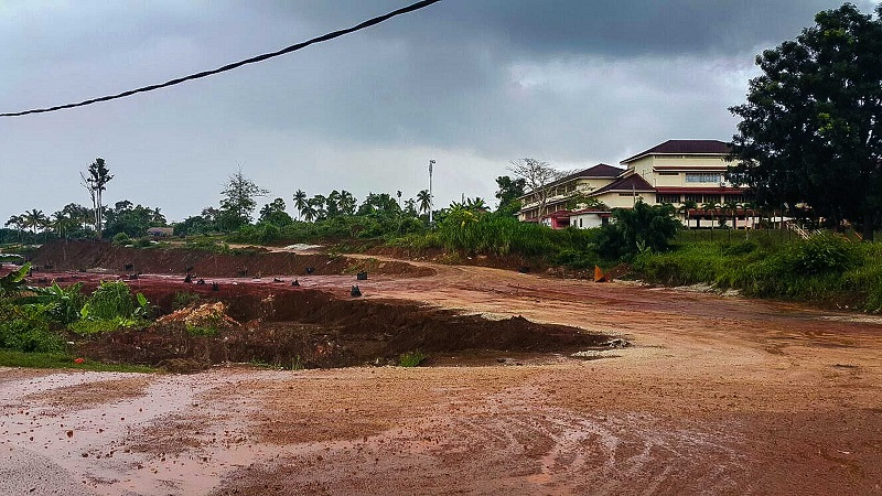 An image of the land around a primary school in Bukit Goh that is covered is red due to the extensive bauxite mining in the area