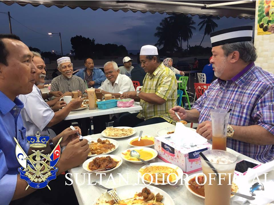 HRH joined the people for breakfast at the Al Ziya Fathima Restaurant at the Mas Jaya Commercial Centre in Jalan Salleh on January 4.