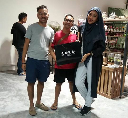 Zhariff (in red) with Yuna (right) at Loka Malaysia.