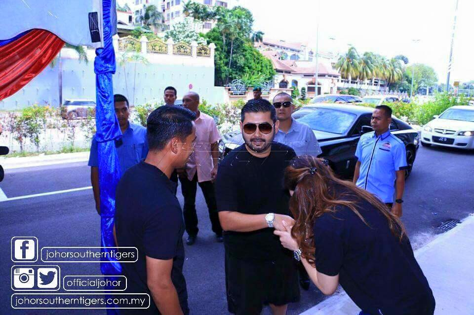 Tunku Ismail Sultan Ibrahim greeted by Safiq and wife upon his arrival