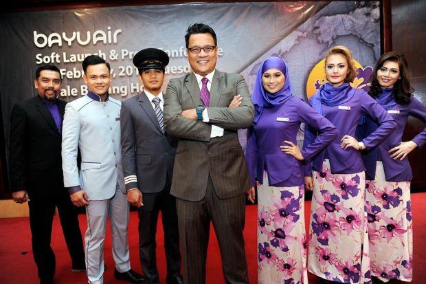Mohd Saifulrizal Raffien (tengah) bersama staf Bayu Air