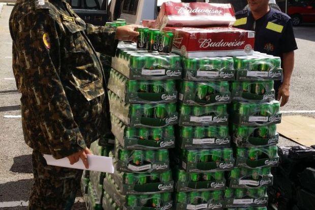Kedah Anti Smuggling Unit (UPP) seizing smuggled beers