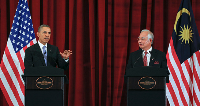 Malaysian Prime Minister Najib Razak (R) and US President Barrack Obama attend a joint press conference at the Seri Perdana Building official residence in Putrajaya, Malaysia, 27 April 2014.