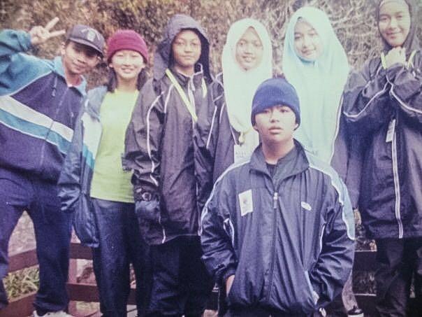 Hadhinah (tiga dari kiri) ketika mendaki Gunung Kinabalu semasa belajar di MRSM KK.