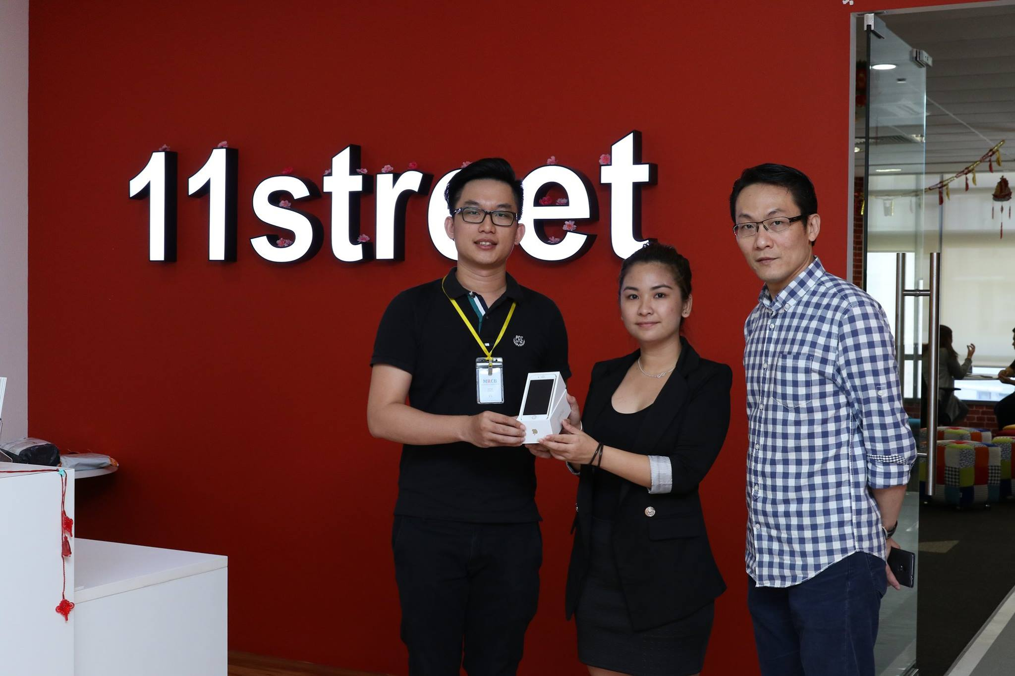Alans Ng (left) with his brand new iPhone 6s.