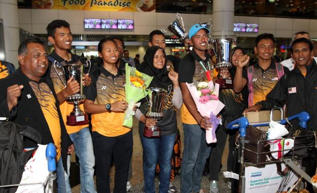 Nur Shazrin Mohd Latif (3rd from left) and Khairulnizam Afendy (blue cap) with their teammates after their arrival at KLIA from the Asian Sailing Championships in Abu Dhabi.