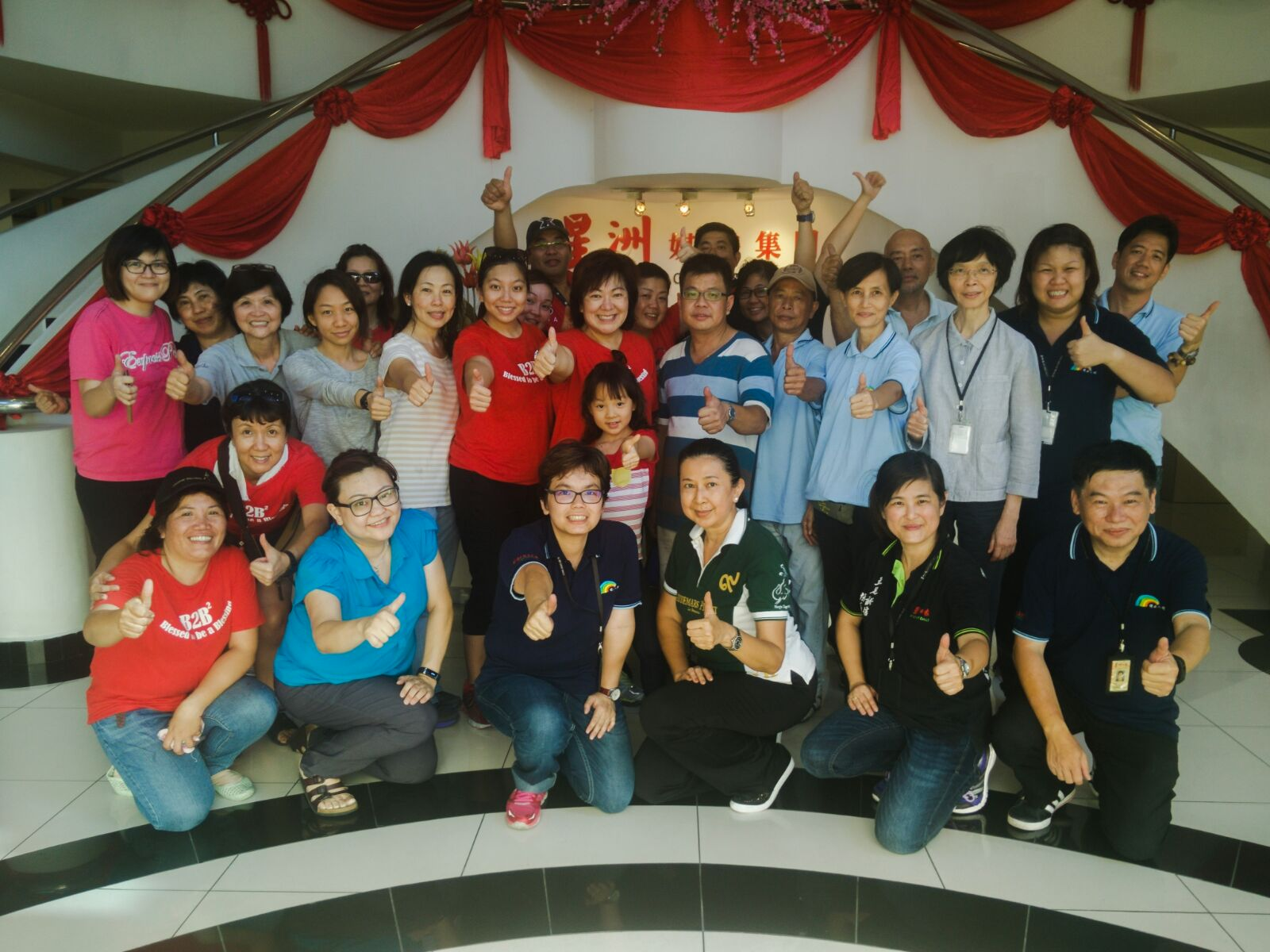 Sarah (in red t-shirt, standing fifth from left) at the Sin Chew Donation Drive this year.