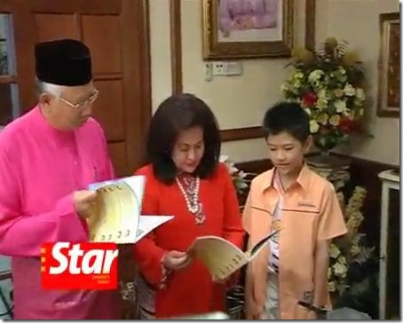 Prime Minister Najib and his wife reading some of Gloson's work.