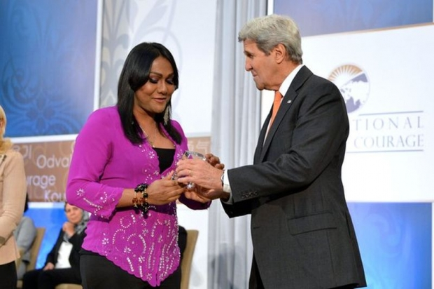 US Secretary of State John Kerry presenting the award to Nisha
