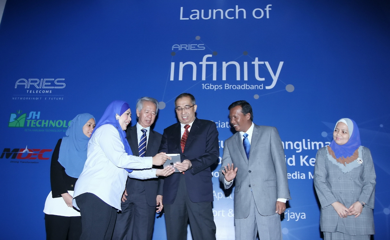 Rahim (4th from right) witnessing the presentation of a gift to Datuk Seri Panglima Dr. Salleh Said Keruak, Minister of Communications and Multimedia Malaysia (center).