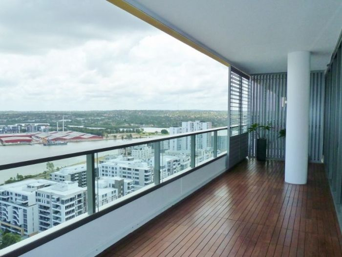 The Rider Boulevard apartment boasts sweeping oceanfront views of the Sydney Harbour Bridge.