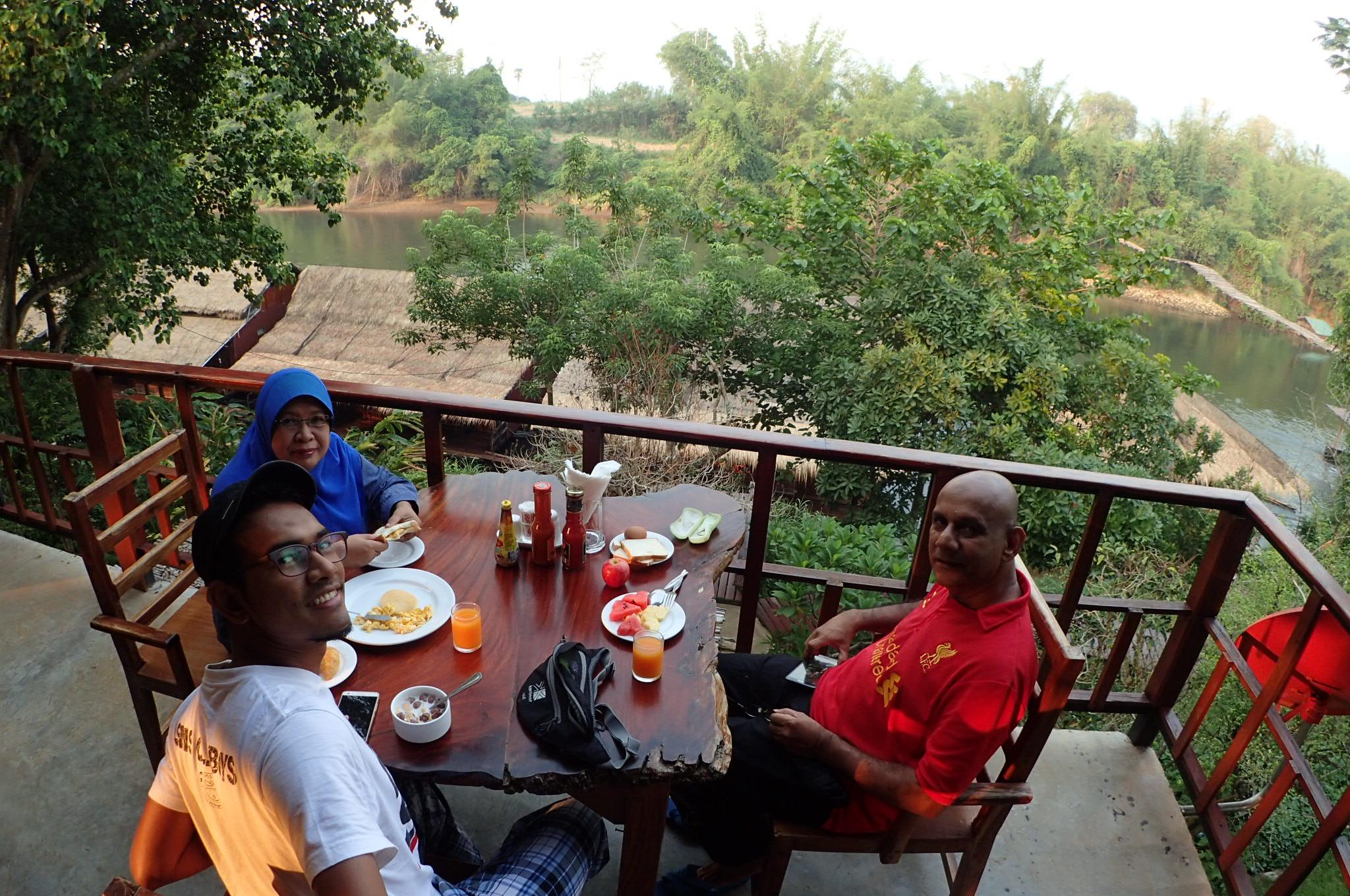 Breakfast with a view katanya. Nasib baik hotel ni sediakan nasi goreng sayur dan telur. Boleh makan sampai kenyang.