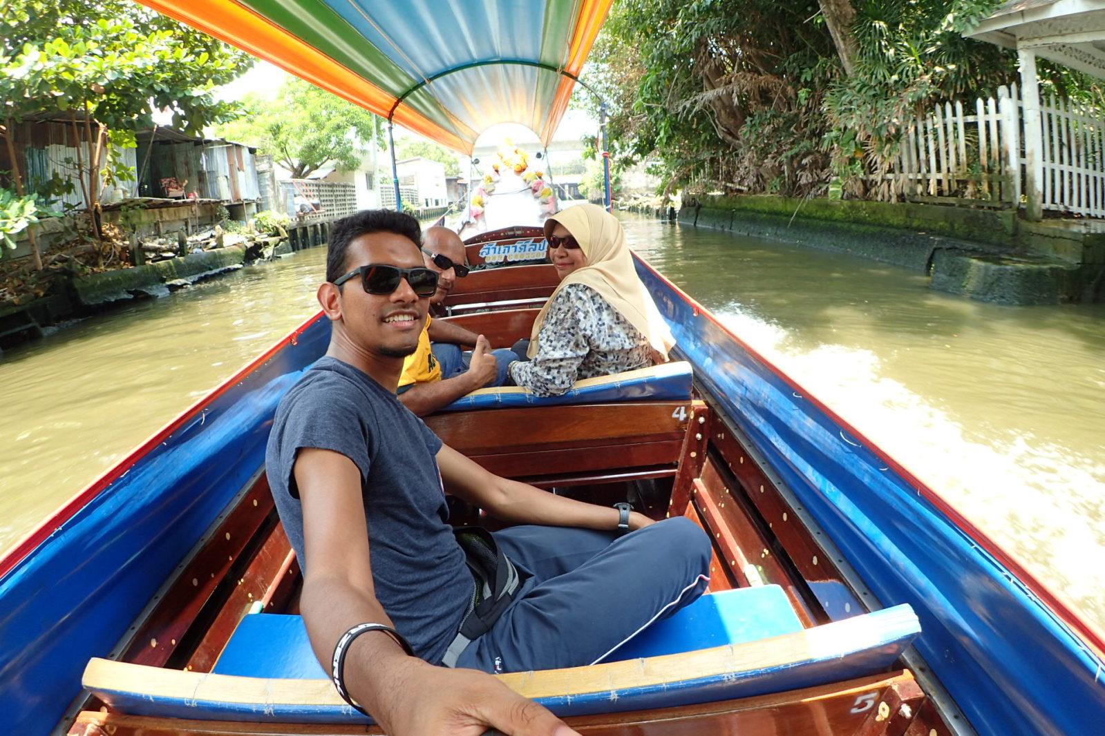 Naik bot di Chao Praya River.