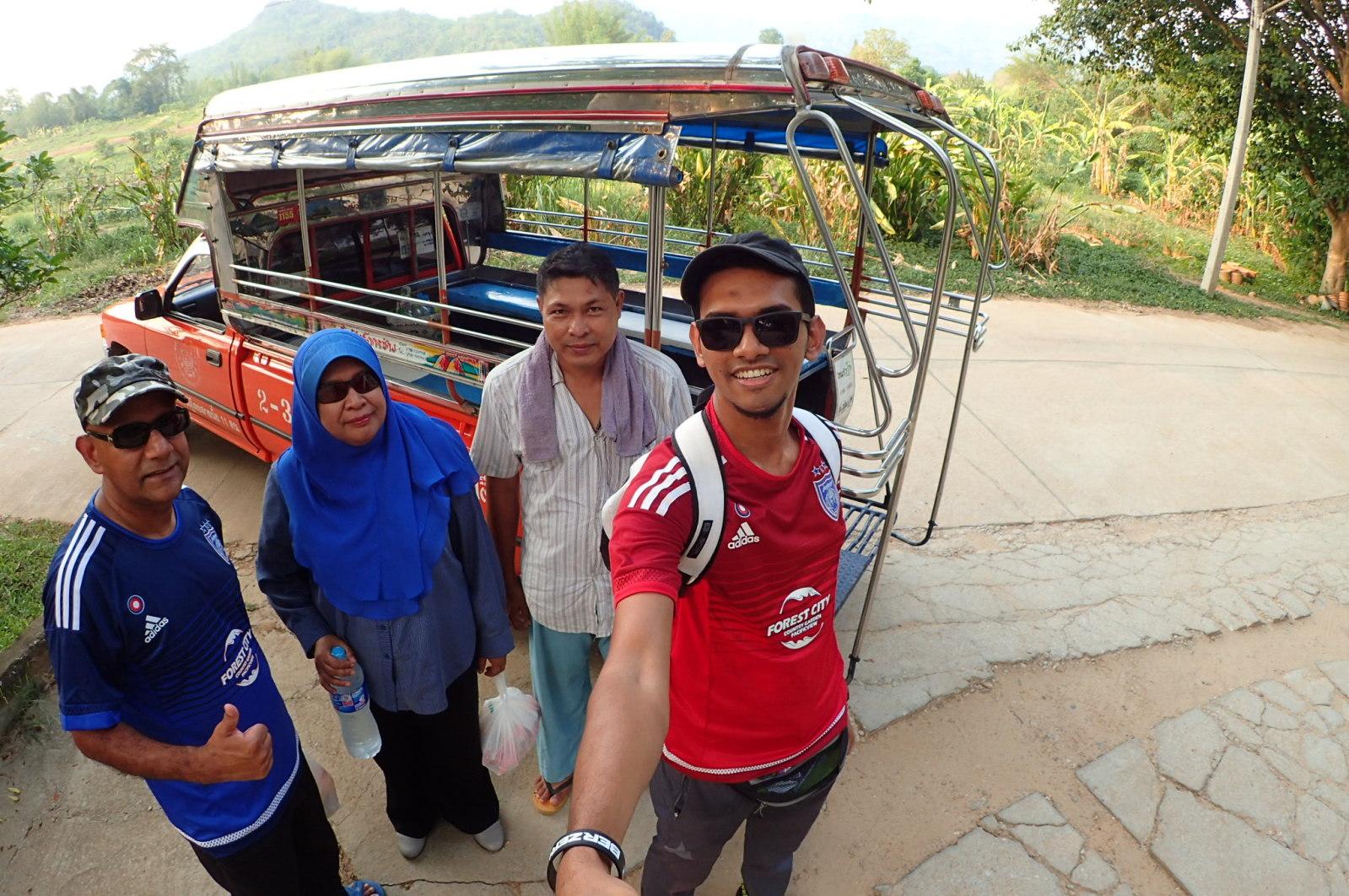 Bersama driver jeepney kami. Lupa pulak namanya siapa. Dia ni sangat baik. Kami makan dia tunggu, kami solat dia tunggu, kami pergi Erawan Falls sampai 3 jam lebih pun dia tunggu. Terima kasih banyak bro!