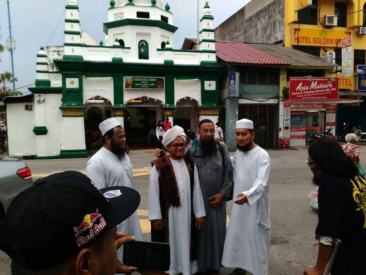 Abang Long Fadhil bersama Ustaz Azhar Idrus dan sahabat yang lain.