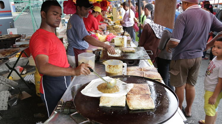 Expect long queues at their famous Raja Murtabak stall.