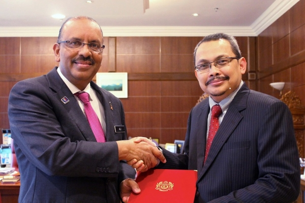 Dzulkifli Ahmad (right) was named as the new MACC chief effective from Monday, 1 August 2016.