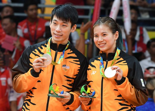 Goh Liu Ying and Chan Peng Soon after winning the silver medal on 17 August 2016