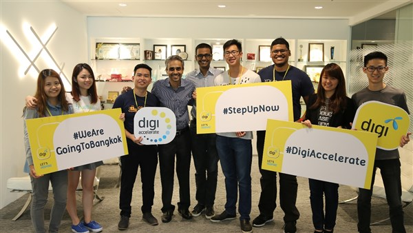 Digi CDO Praveen Rajan (fifth from left) with GrabGas co-founders Sean Hoo (third from left) and Jeson Lee (fourth from right).