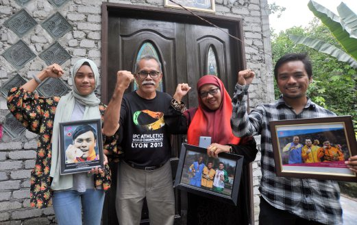 Ziyad's father, Zolkefli Othman (second left) and mother Siti Arfah (second right).