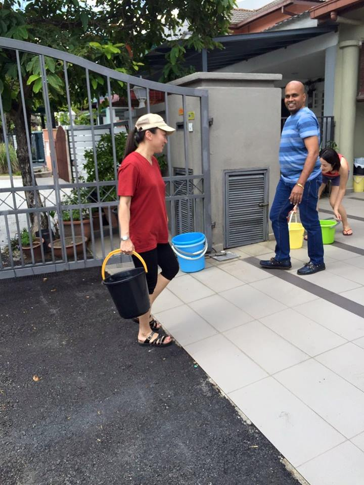 YB Hannah Yeoh helping the residents affected by water cuts in the USJ area on 25 September.