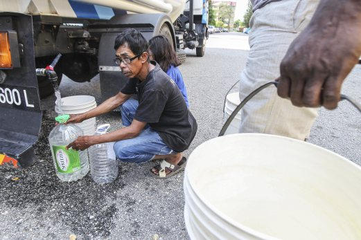 Residents in USJ waiting to collect water for tankers dispatched on 25 September.