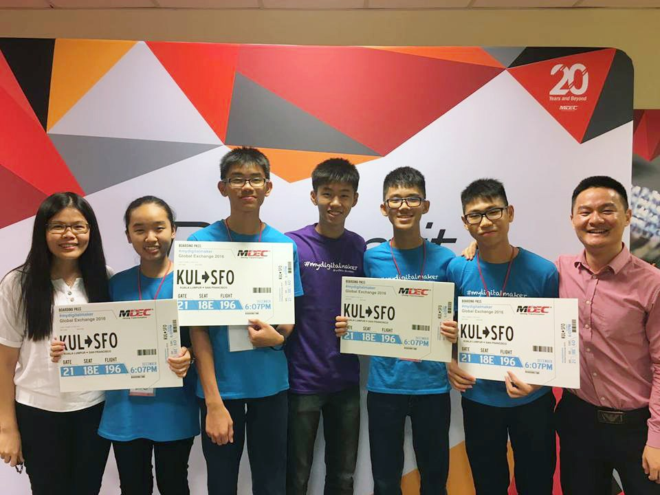 Shi Qi (second from left), Min Han (third from left), Kok Wei (third from right), Guan (second from right), the four Chumbaka students selected to go to Silicon Valley.