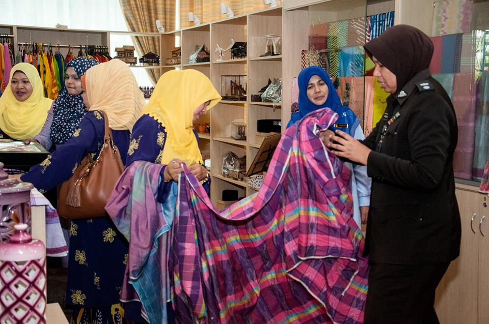 A group of women from the Association of Wives of Civil Servants and Women Civil Servants (Puspanita) and Ministry of Human Resources visited the prison gallery in Kajang back in September 2016.