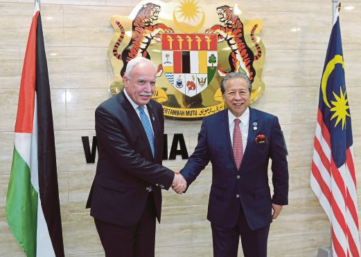 Foreign Minister Datuk Seri Anifah Aman (right) with his Palestinian counterpart Dr Riad Malki at Wisma Putra in August 2016.