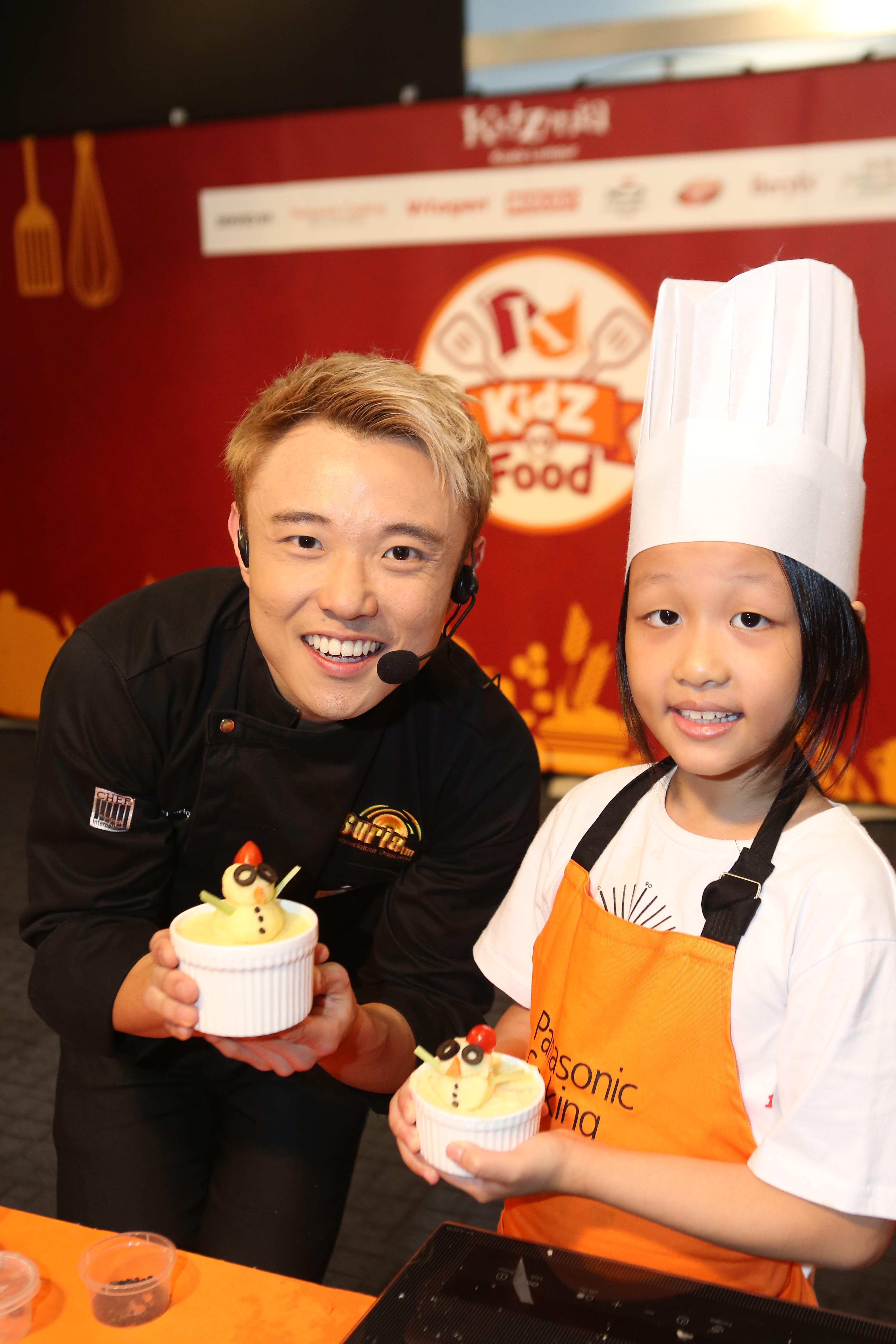 Celebrity chef, Abang Brian, makes a snowman shepherd's pie with his little sous-chef.