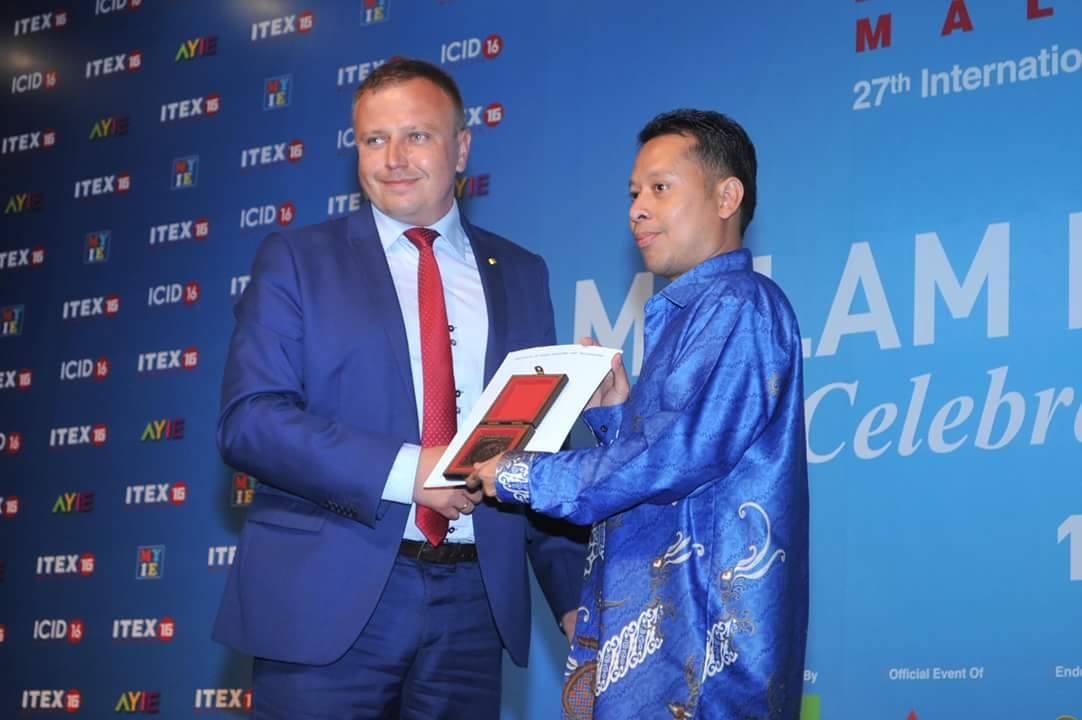 Midhat Nabil Ahmad Salimi memenangi Anugerah Emas dalam pameran ITEX 2016.