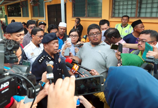 Johor Baru South OCPD Asst Comm Police Sulaiman Salleh speaking to reporters at the Sultanah Aminah Hospital on 18 February.