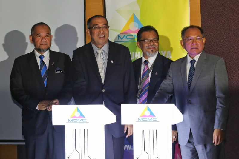 Datuk Seri Dr Salleh Said Keruak (second left) at the portal's launch yesterday.