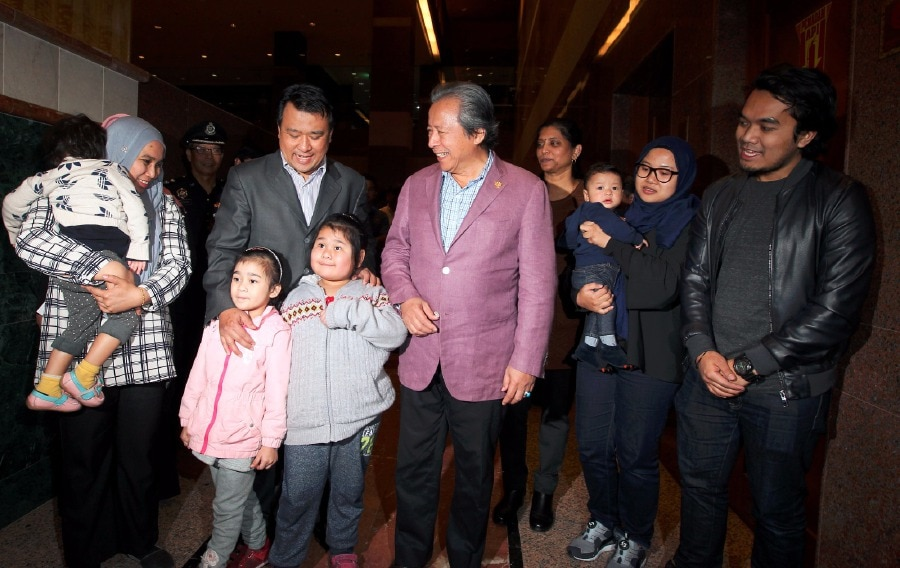Foreign Minister Anifah Aman (centre) with Malaysian embassy counselor Mohamad Nor Azrin and family members at KLIA this morning.