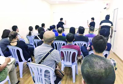 Lee and his associates in a briefing with JJPTR members in Penang.