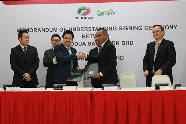 Country Head of Grab Malaysia Sean Goh (third from left), exchanging the document with Managing Director of Perodua Sales Sdn Bhd Dato' Dr. Zahari Husin (second from right).