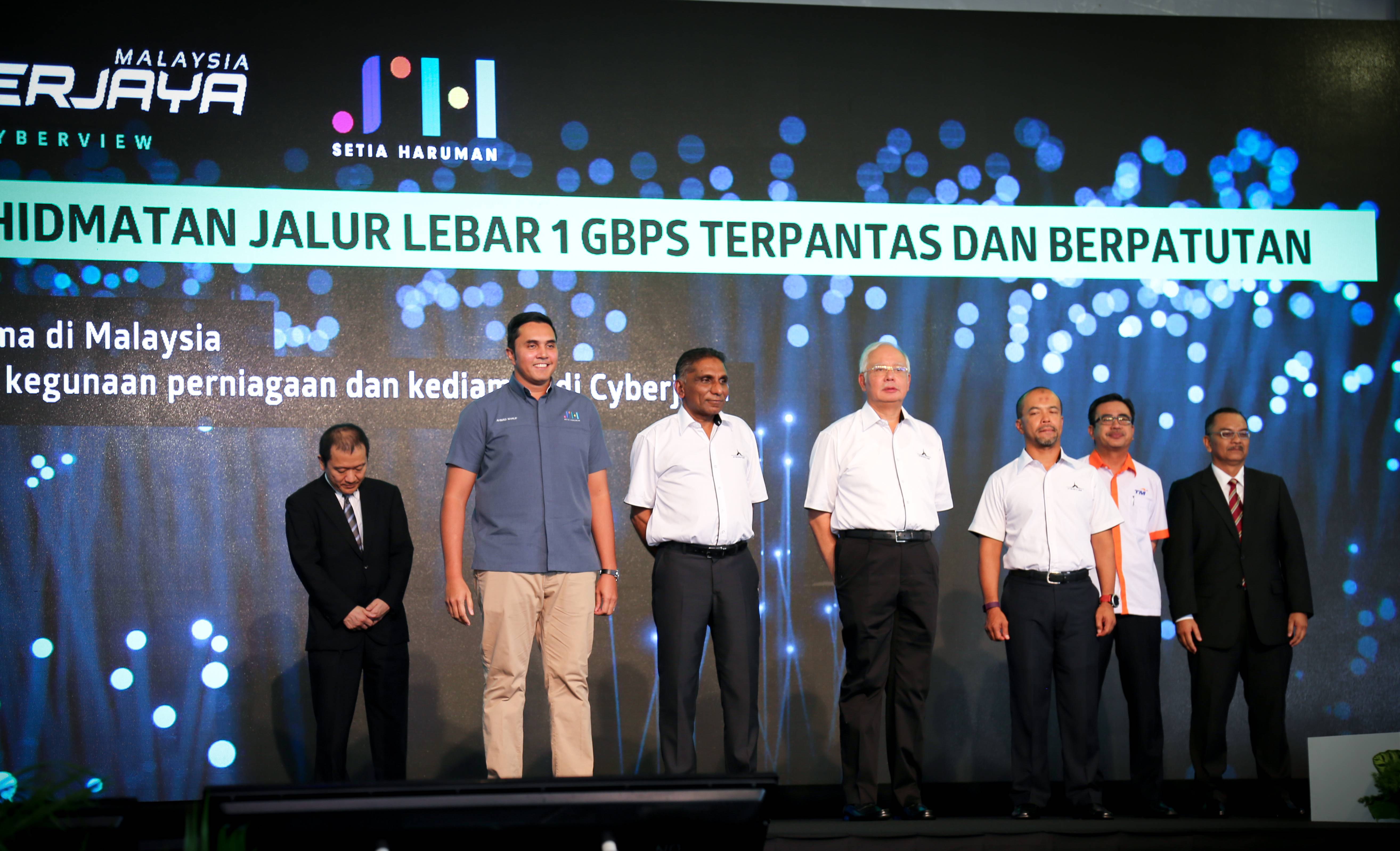 Announcement of the launch of Malaysia's first, competitive superfast 1Gbps broadband together with Ahmad Khalif, Tan Sri Irwan Serigar, Dato' Sri Najib and Dato' Faris Yahaya (from left to right).