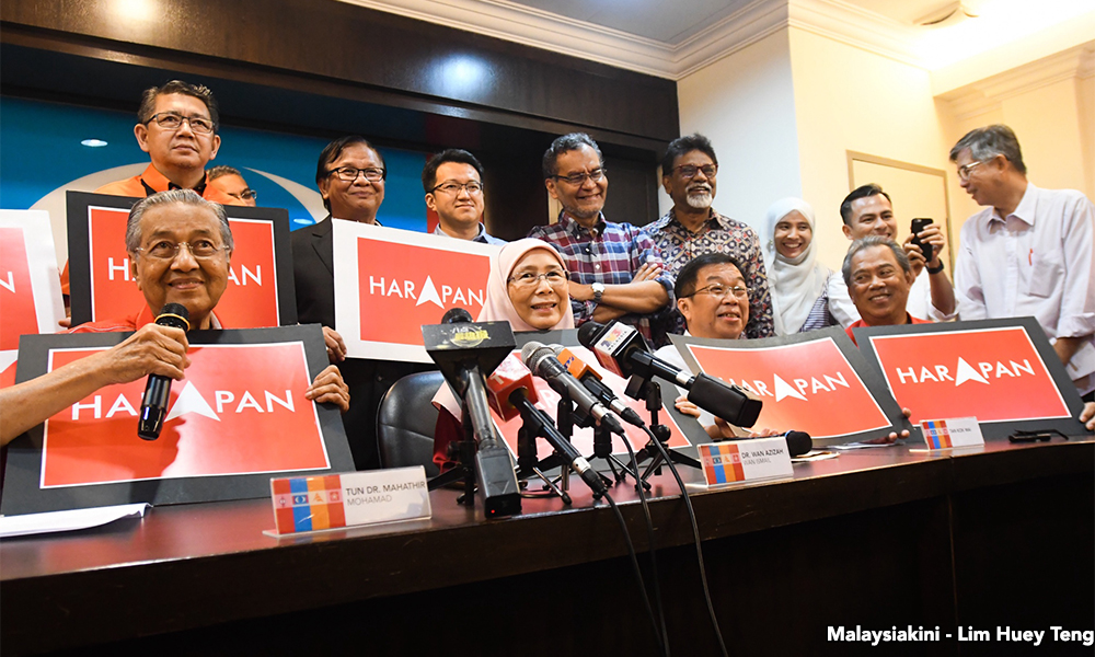 Dr Mahathir with the key leaders of Pakatan Harapan at the press conference last night.