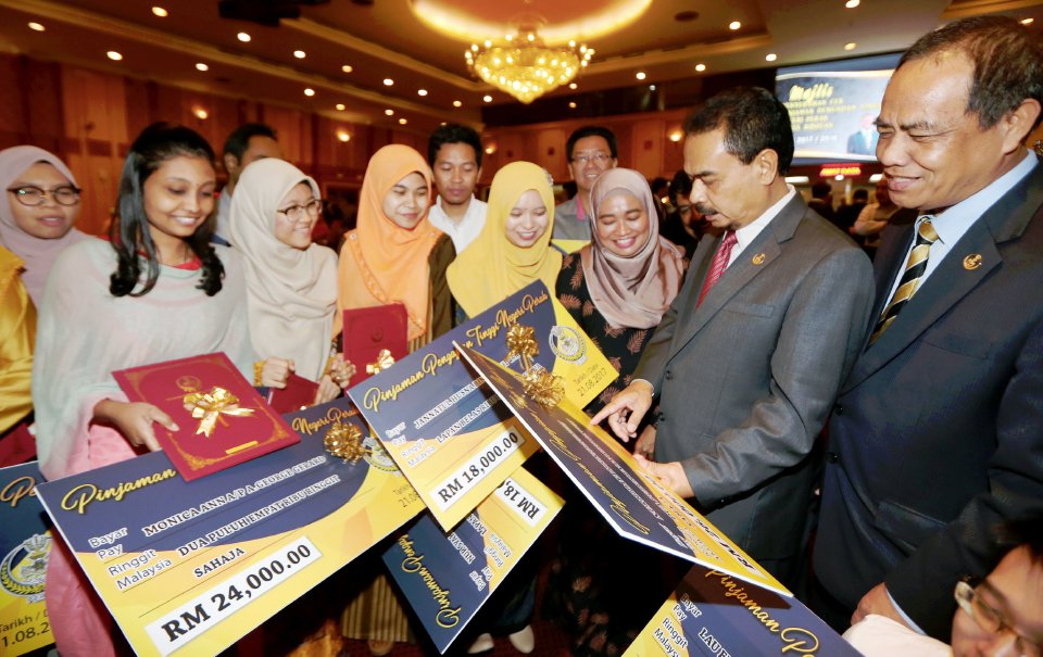 State Education, Science, Environment and Green Technology Committee chairman Datuk Muhammad Amin Zakaria (second from right) with recipients of the Perak State Government Higerh Education Loan Session 2017/2018.