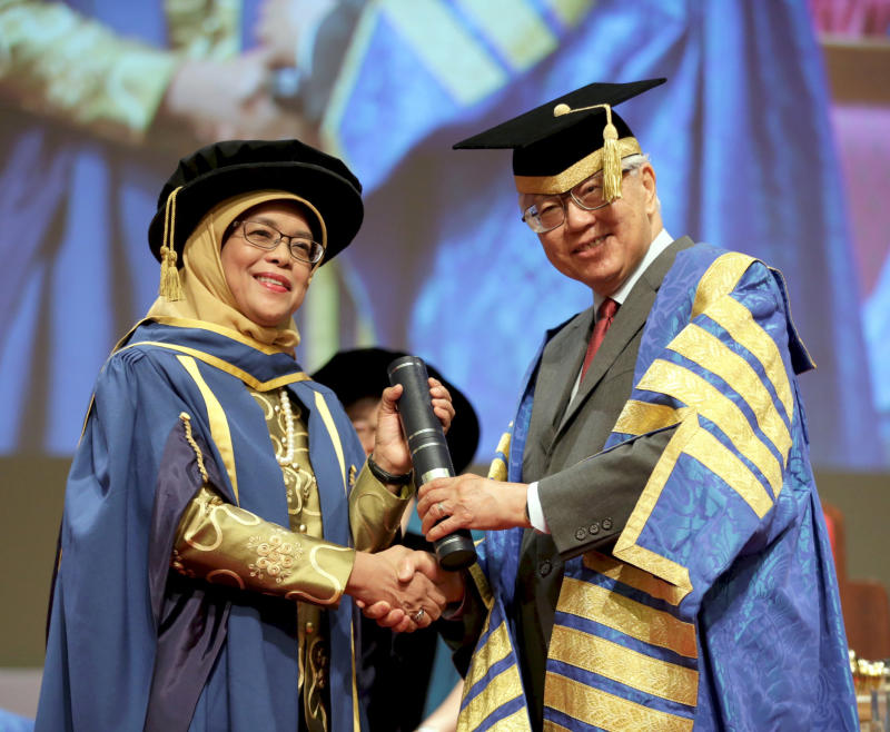 Halimah receiving the Doctor of Laws degree from President Tony Tan Keng Yam on 7 July 2016.