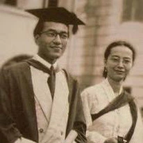Mahathir (left) and his then-future wife Siti Hasmah during his graduation from King Edward VII College of Medicine.