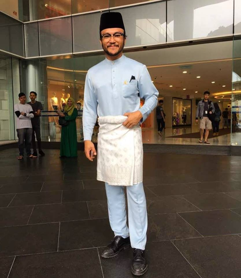 Photo of Shaheizy Sam in baju Melayu for illustration purposes only. Also, he looks really good in a baju Melayu you guys.