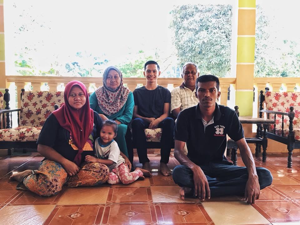 Mohamad Putera berjumpa Mohamad Jafri (sebelah kanan) dan keluarganya di Kampung Megat, Kuantan Pahang.