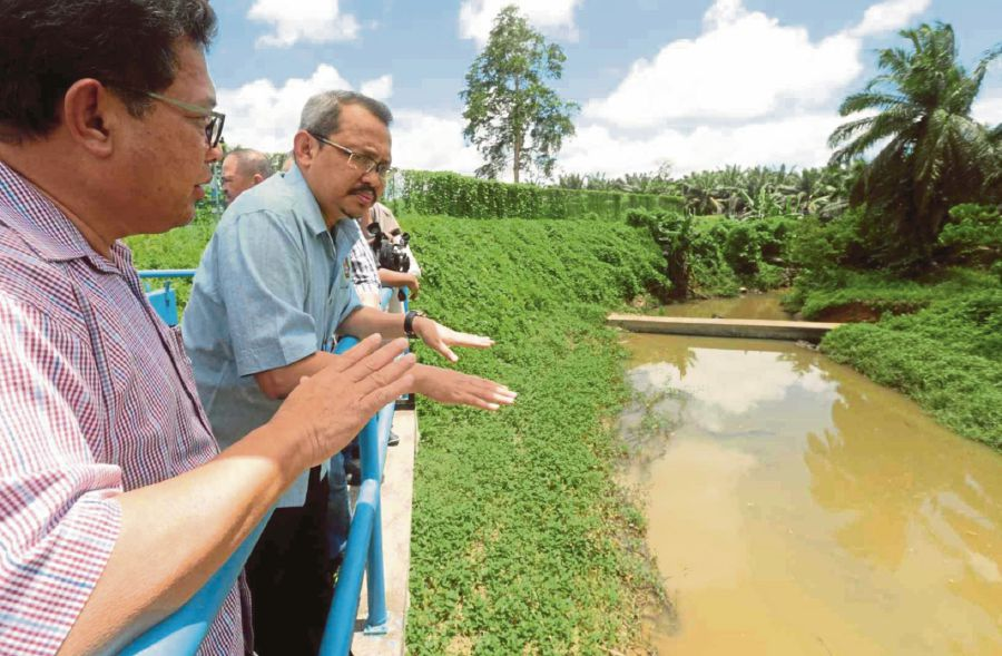 MACC chief commissioner Tan Sri Dzulkifli Ahmad (second from left) visited the Sungai Intan water treatment plant to inspect the site recently.