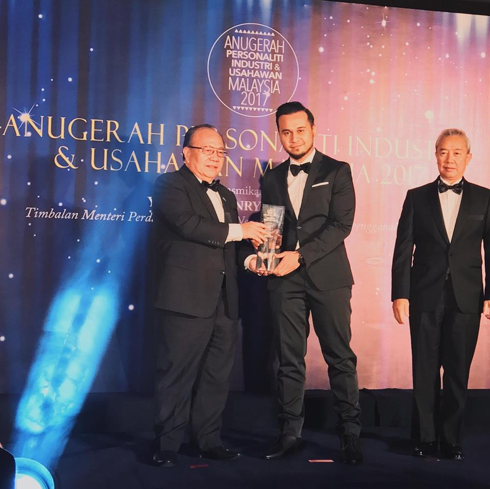 Amir Syakireen Ramli (second from left) at the Anugerah Personaliti Industri & Usahawan Malaysia 2017.