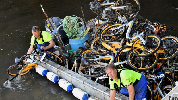 Contractors retrieving hundreds of oBikes dumped in Melbourne's Yarra River.