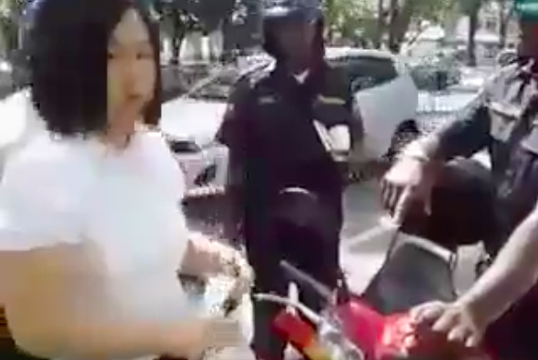 The woman (in white) paid the RM50 fine.