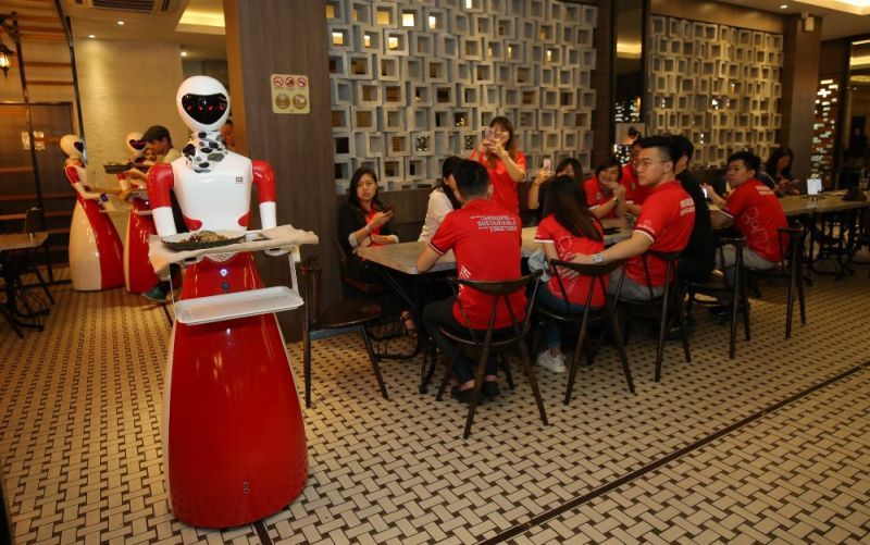 Robot waitresses in Nam Heong