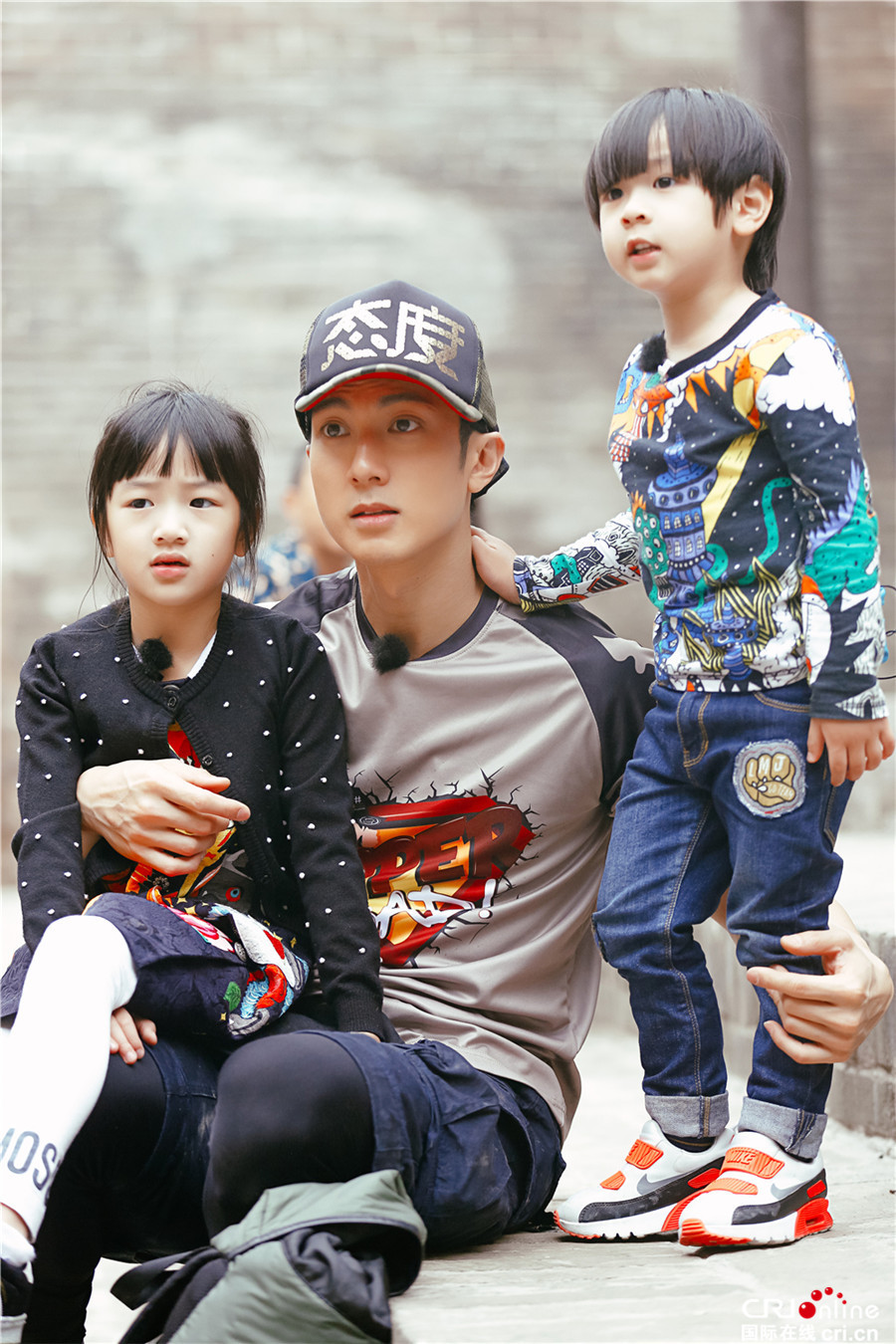 Wu Chun (middle) with his children Nei Nei (left) and Max (right).