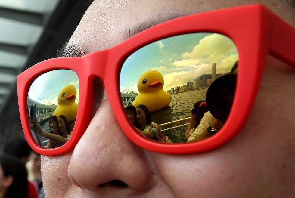 Giant yellow duck bids farewell to Hong Kong